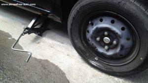 車のタイヤが釘でパンク2
