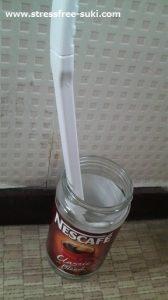 空き瓶にトイレブラシ
