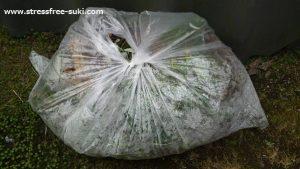 雑草を袋に入れた